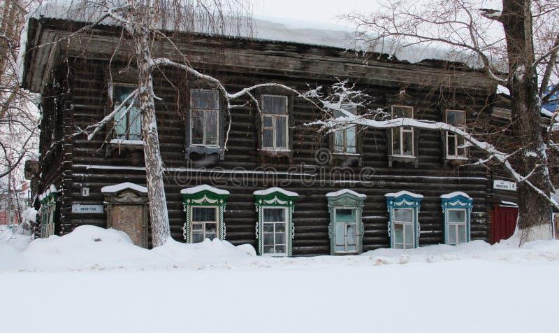 Casas rusas talladas de madera tradicionales imagenes de archivo