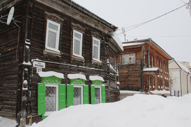 Casas rusas talladas de madera tradicionales imagen de archivo