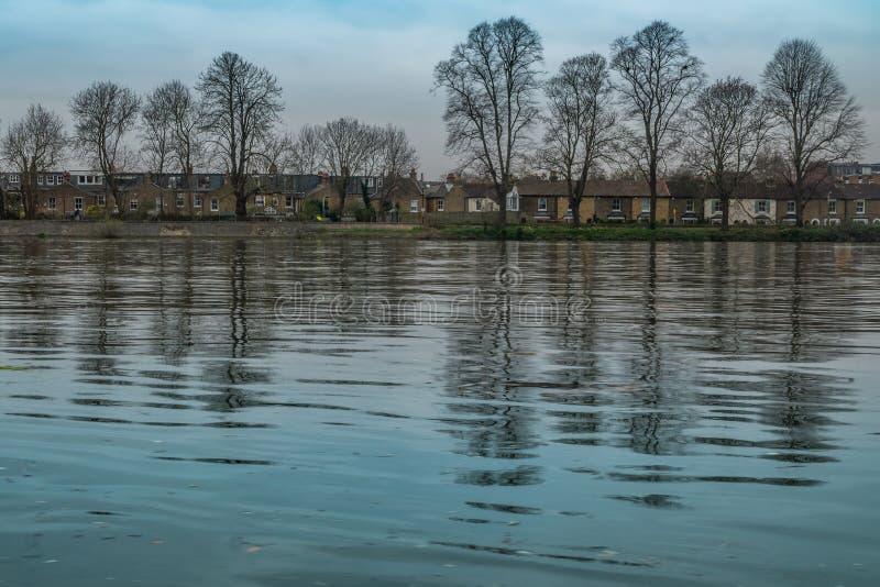 Casas situadas ao longo do rio Tamisa perto da ponte de Kew imagens de stock royalty free