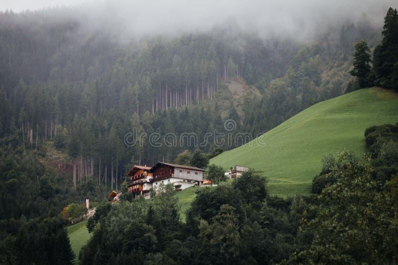 Casas sobre el lago Zell en Austria fotos de archivo