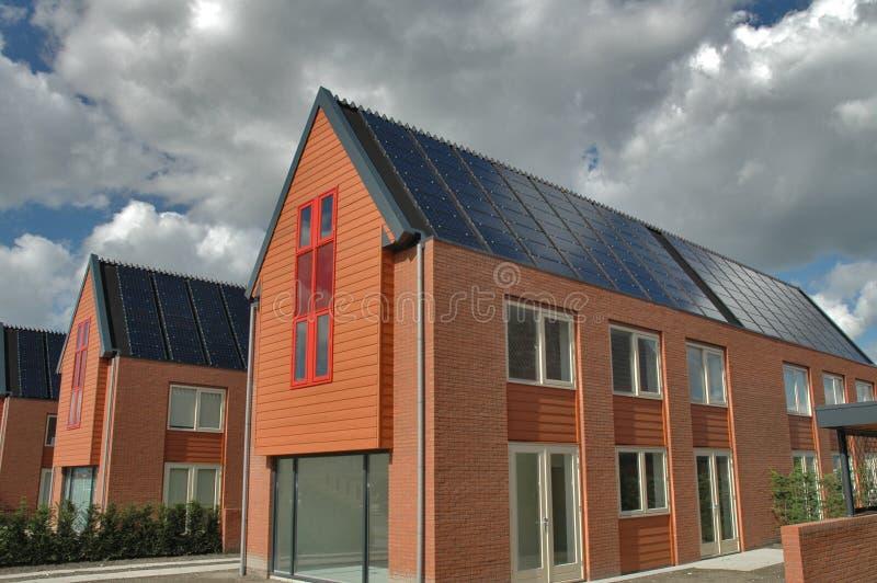 Casas suburbanas con los colectores del sol imagen de archivo libre de regalías