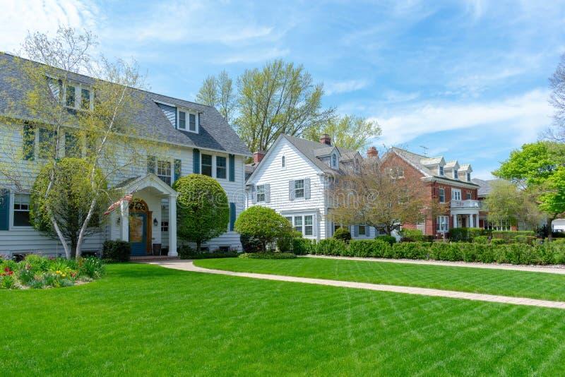 Casas suburbanas tradicionais com gramados dianteiros verdes imagens de stock royalty free