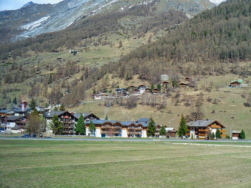 casas suizas en las montañas imagenes de archivo