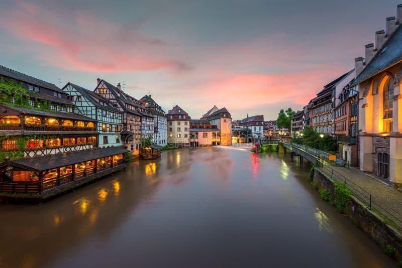 Casas suportadas catitas de Petite France em Strasbourg, Fran?a Casas tradicionais de Franch em Strasbourg, Fran?a fotografia de stock royalty free