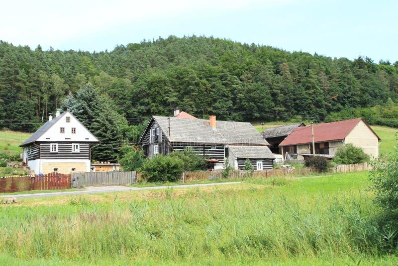 Casas suportadas sob o castelo Houska fotografia de stock royalty free