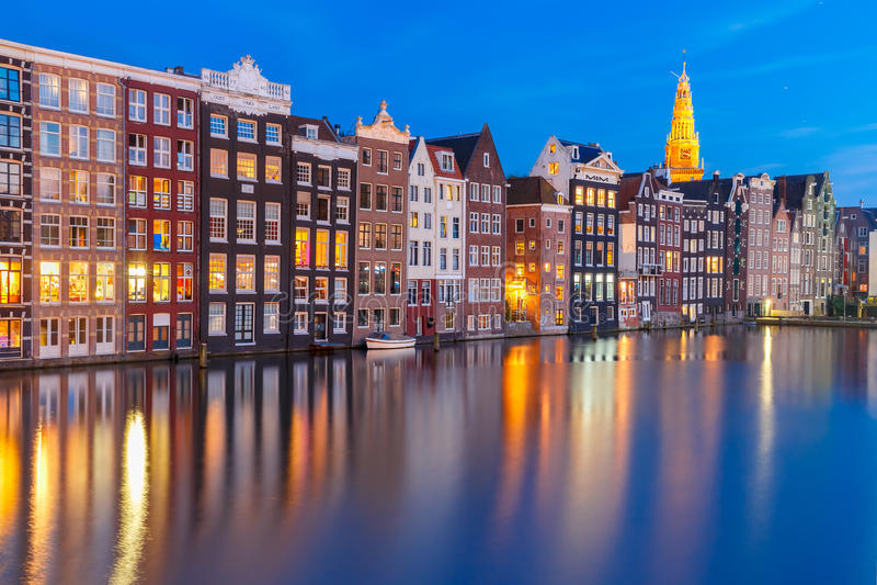 Casas típicas de Amsterdam de la noche, Países Bajos imagen de archivo