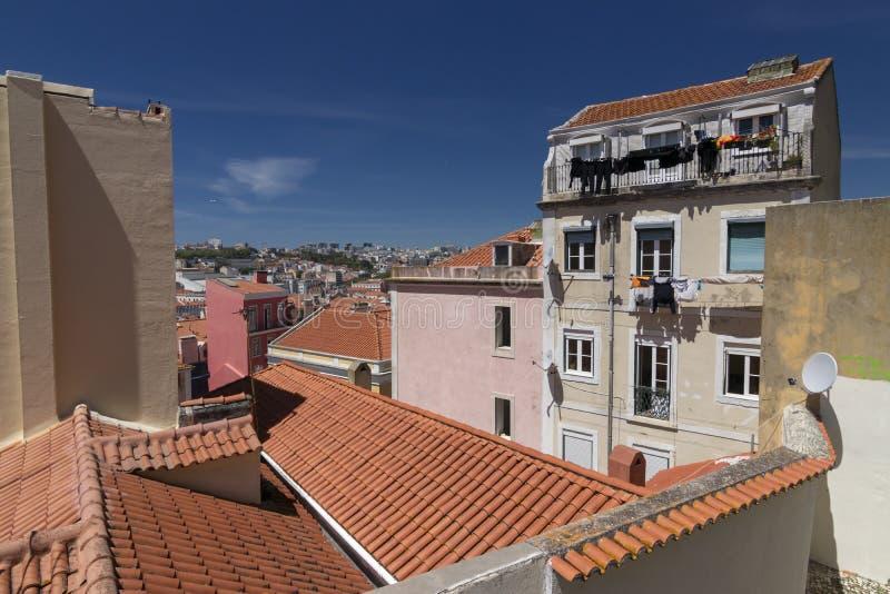 Casas típicas de Lisboa con el tejado rojo imágenes de archivo libres de regalías