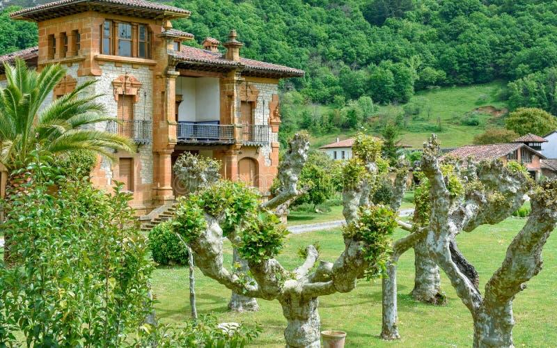 Casas típicas em Cangas de Onis, as Astúrias foto de stock royalty free