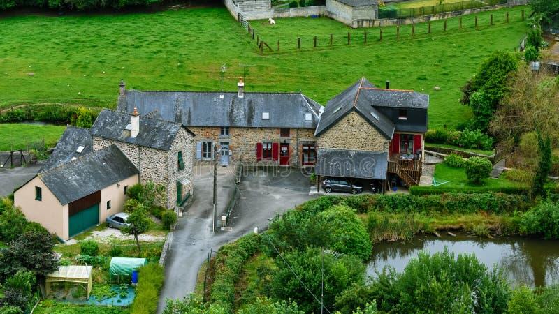 Casas típicas francesas del campo de Bretaña Builts y tejados de pizarra de piedra, en un ambiente verde fotos de archivo libres de regalías