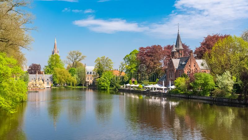 , casas típicas hermosas en el canal, y una iglesia en fondo foto de archivo