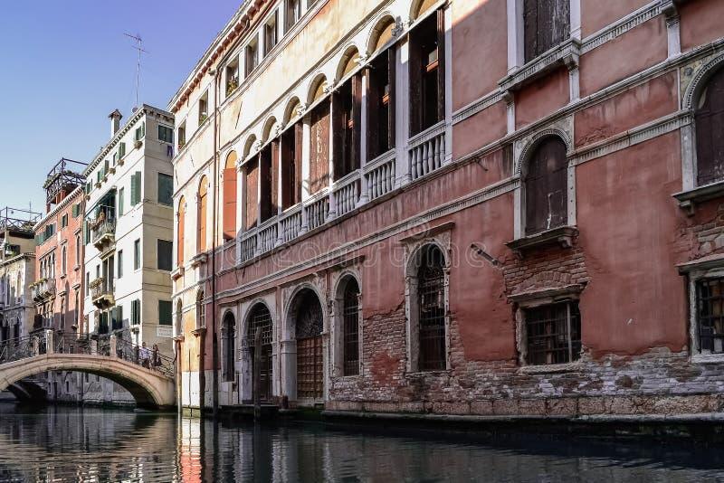 Casas típicas nas ruas de Veneza foto de stock