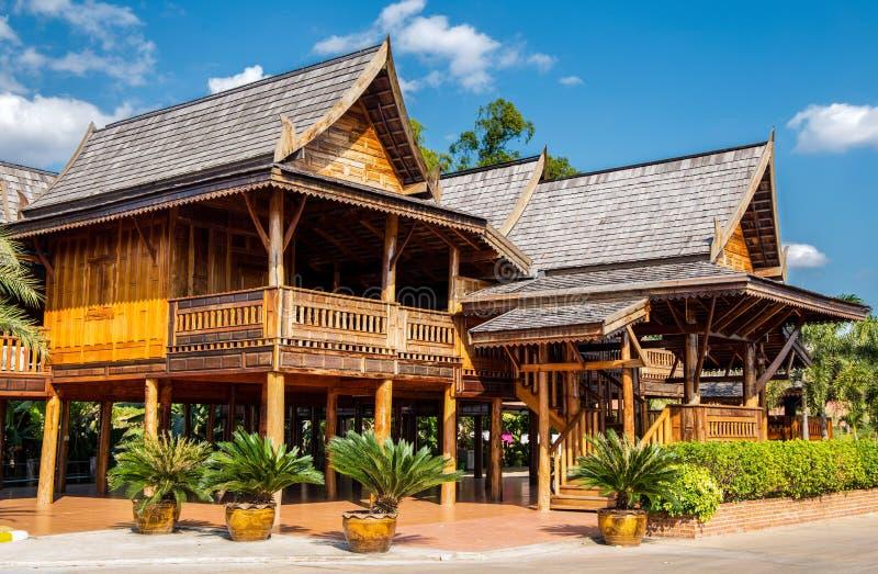 Casas tailandesas típicas del teakwood en el norte de Tailandia, Asia imagenes de archivo