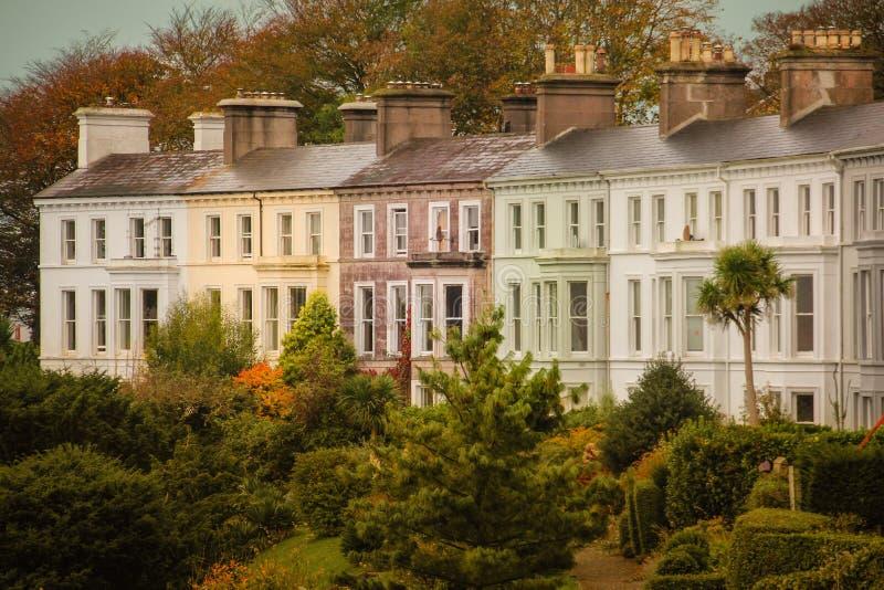 Casas Terraced coloridas Cobh ireland imagem de stock