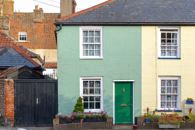 Casas terraced coloridas em Southwold, uma cidade do beira-mar no Reino Unido imagem de stock