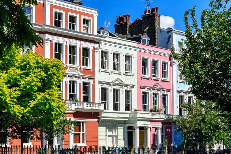 Casas Terraced inglesas coloridas fotografia de stock