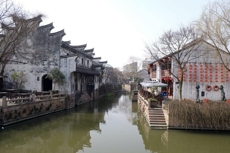 Casas tradicionais ao longo de Grand Canal, cidade antiga de Yuehe em Jiaxing, China fotografia de stock