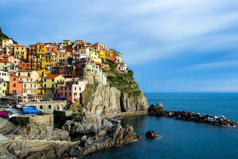Casas tradicionais coloridas em uma rocha sobre o mar Mediterrâneo, miliampère imagem de stock