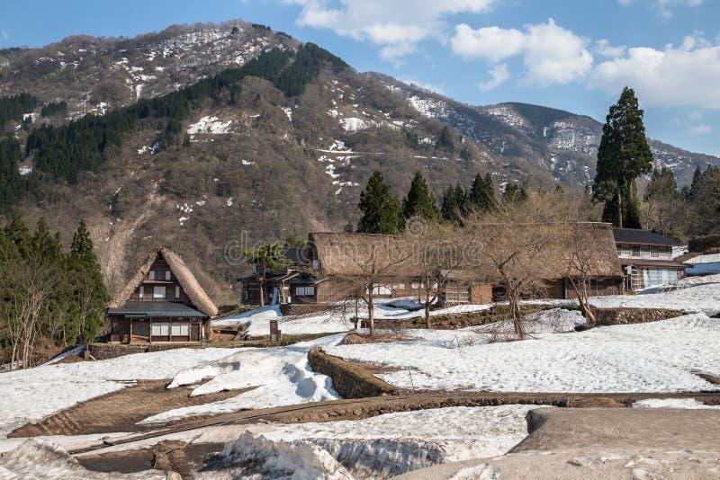 Casas tradicionais de Gassho Zukuri em cumes de Japão imagem de stock