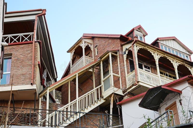 Casas tradicionais de Tbilisian com o balcão e a escadaria cinzelados de madeira Cidade velha foto de stock royalty free
