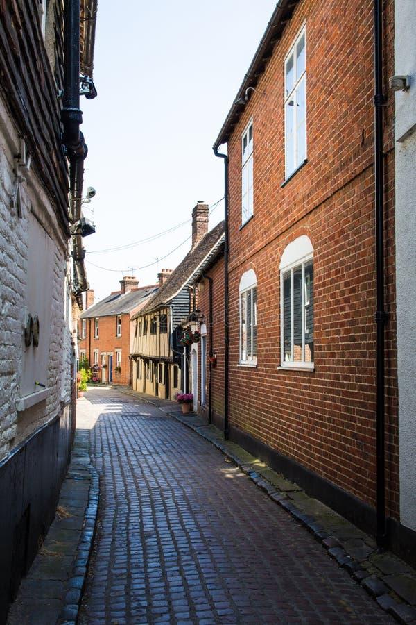 Casas tradicionais do tijolo em uma aleia estreita em Canterbury, Englan imagem de stock