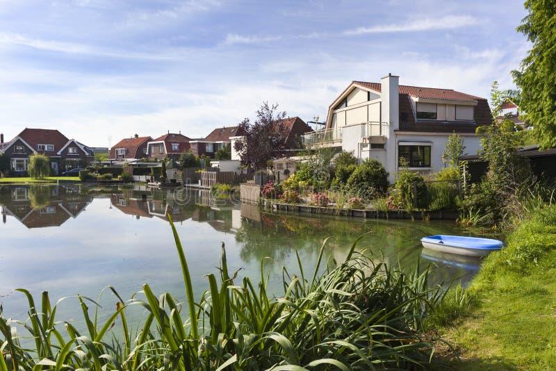 Casas tradicionais em torno de uma lagoa nos Países Baixos imagem de stock royalty free
