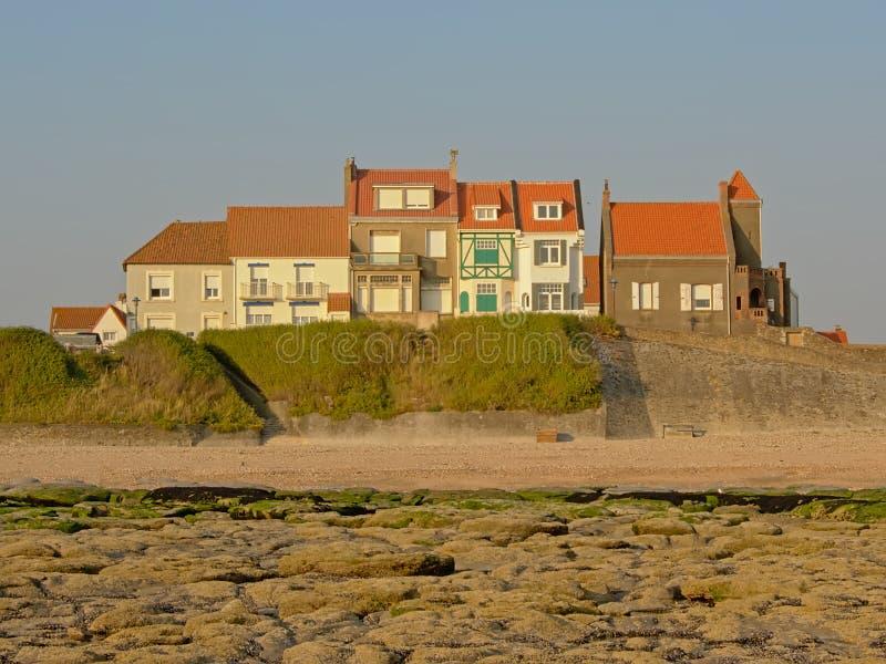 Casas tradicionais no dique do Mar do Norte de Audresselles, França, na luz solar evning do warmr fotos de stock