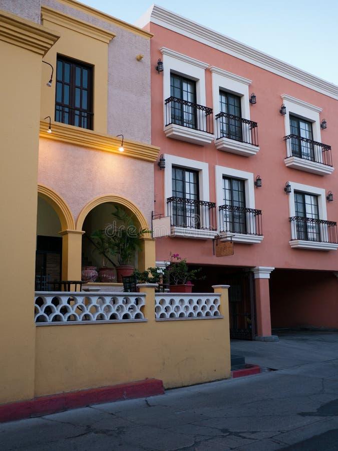 Casas tradicionais renovadas em México imagens de stock