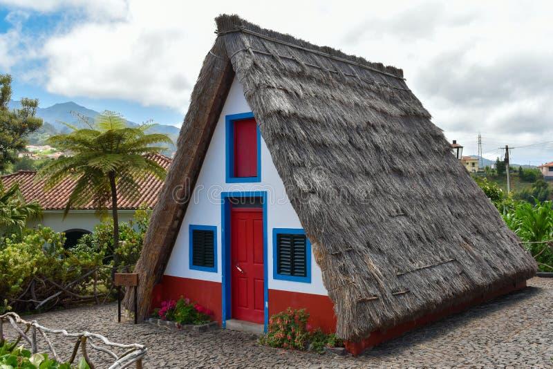 Casas tradicionales de la isla de Madeira Casas Tipicas de Santana fotos de archivo libres de regalías