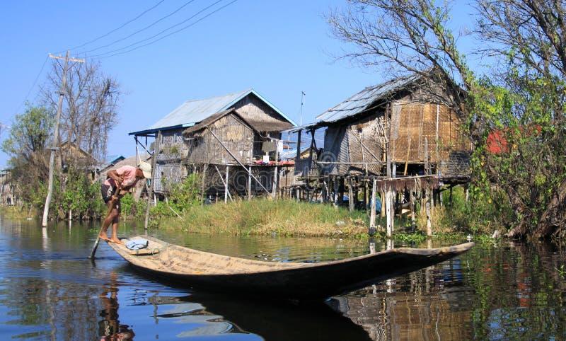 Casas tradicionales de los zancos que ponen en contraste con el cielo azul - lago Inle, Myanmar foto de archivo