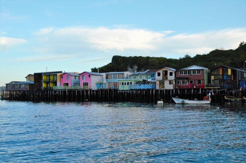 Casas tradicionales del zanco en Castro imagenes de archivo