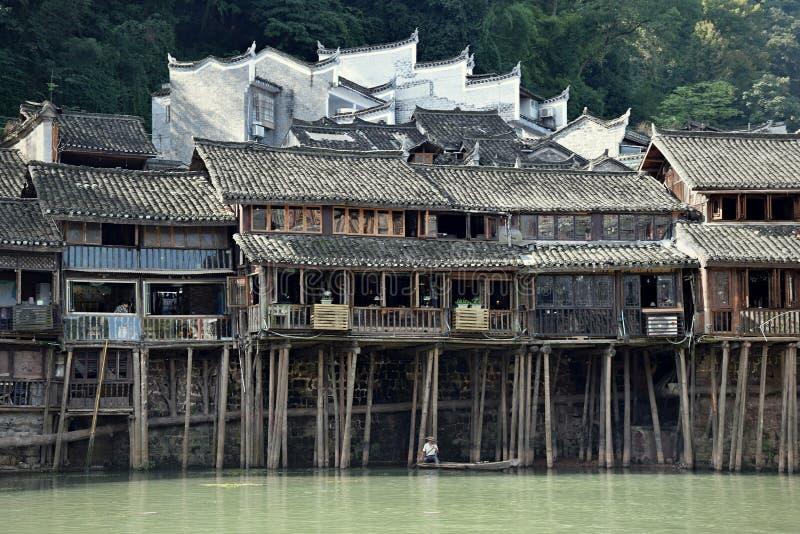 Casas tradicionales del zanco en la ciudad antigua más hermosa de China, ciudad de Fenghunag, provincia de Hunán fotos de archivo
