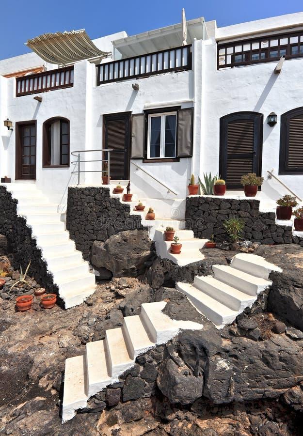 Casas tradicionales en Puerto Del Carmen, Lanzarote imágenes de archivo libres de regalías