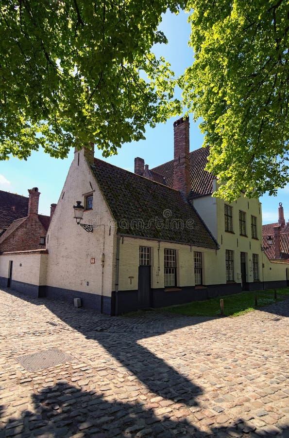 Casas tradicionales hermosas en la ciudad vieja del holandés de Brujas: Brujas, Bélgica Foto del paisaje de la primavera fotos de archivo