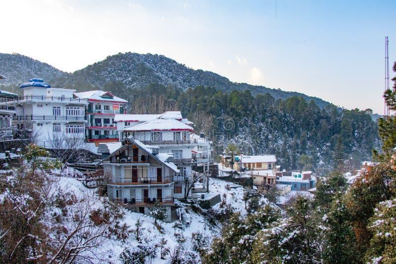 Casas tradicionales nevadas fotos de archivo libres de regalías