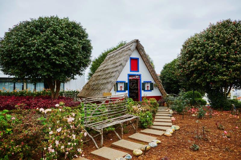 Casas triangulares tradicionais em Santana, Madeira, Portugal imagens de stock royalty free