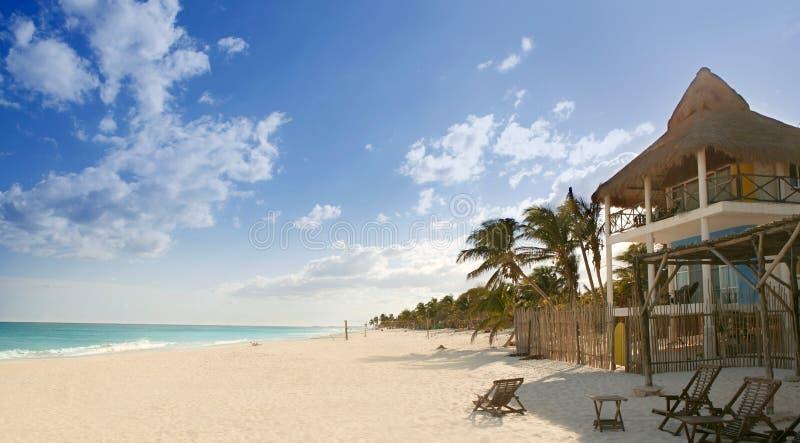 Casas tropicais da praia do Cararibe da areia em México imagem de stock royalty free