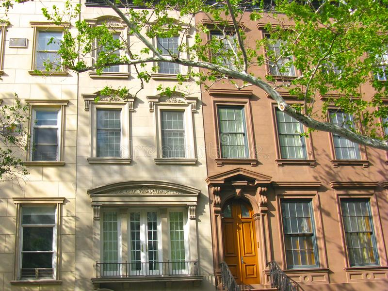 Casas urbanas clásicas en la zona este superior, New York City imágenes de archivo libres de regalías
