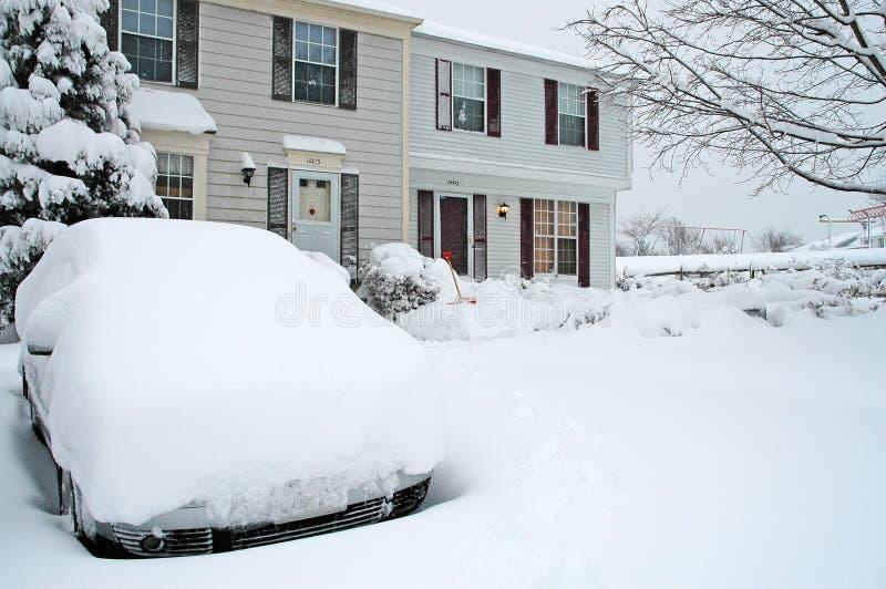 Casas urbanas durante tempestad de nieve grande fotos de archivo