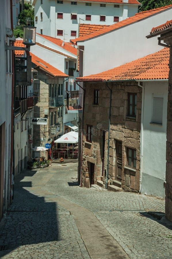 Casas velhas com uma aleia abandonada na inclina??o foto de stock royalty free