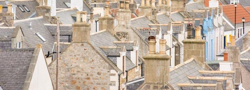 Casas velhas do croft em Cullen, aldeia piscatória em Moray Firth, Escócia Cullen Viaduct no fundo, nos telhados velhos e nas cha foto de stock