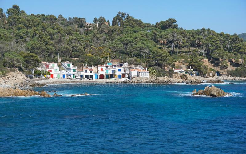 Casas velhas dos pescadores do litoral de Costa Brava da Espanha foto de stock royalty free