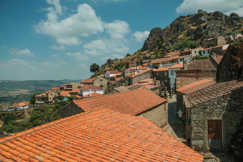Casas velhas e igreja medieval com o sino em Monsanto fotos de stock royalty free