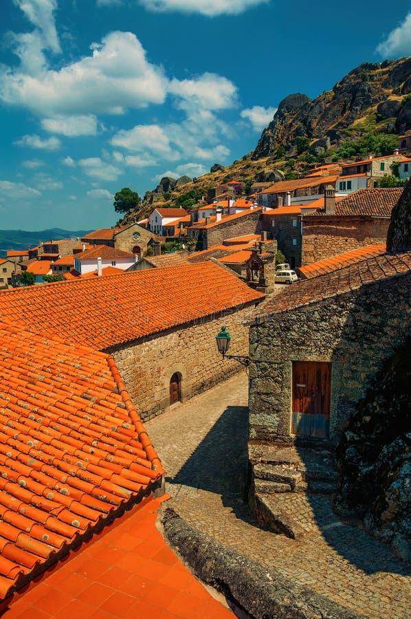 Casas velhas e igreja medieval com o sino em Monsanto fotos de stock