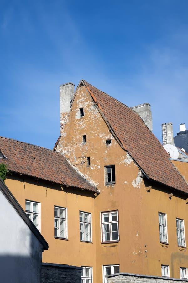 Casas velhas nas ruas velhas da cidade Tallinn Est?nia imagem de stock