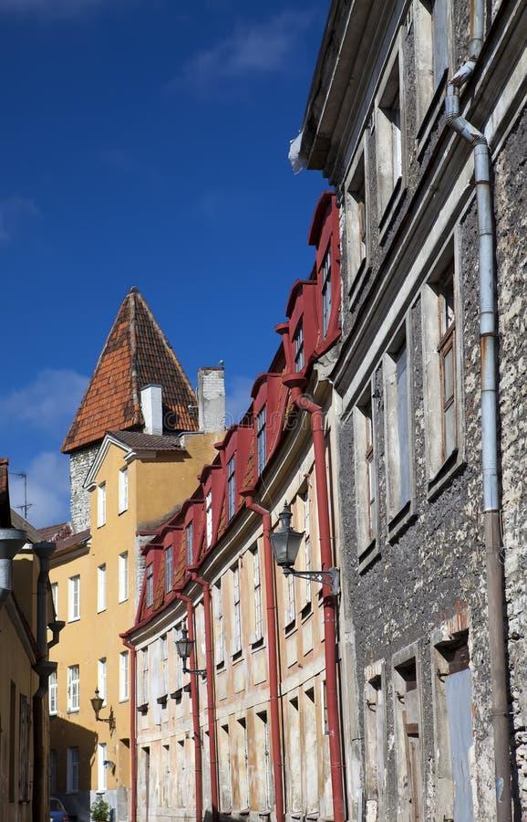 Casas velhas nas ruas velhas da cidade Tallinn Estónia fotografia de stock royalty free