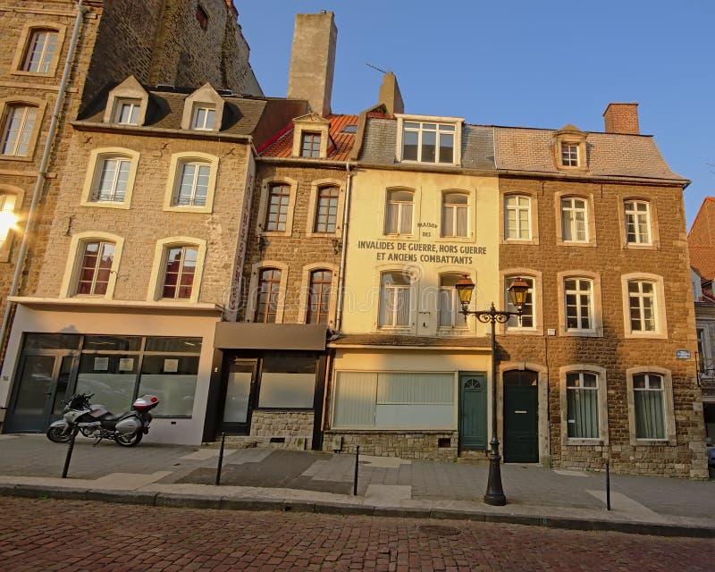 Casas velhas no centro da cidade de Boulogne sur Mer, França, vista de cima das paredes da cidade foto de stock
