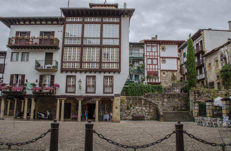 Casas velhas no centro de Hondarribia, uma cidade em Gipuzkoa, termas fotografia de stock
