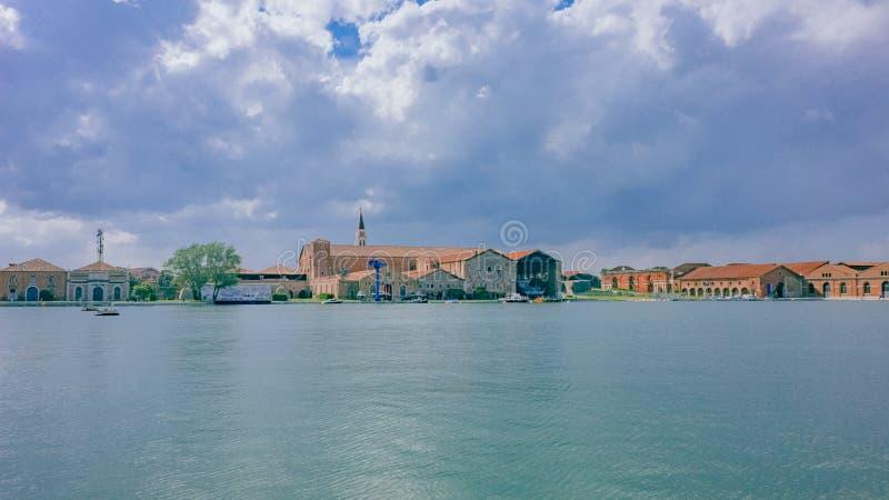 Casas venecianas y arquitectura sobre el agua debajo de las nubes cerca del th fotos de archivo libres de regalías