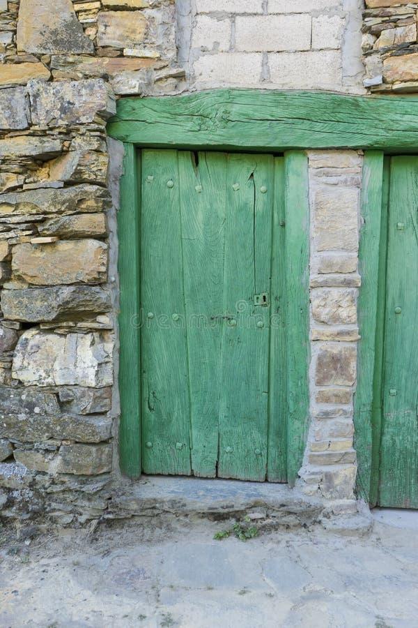 Casas verdes da porta, da madeira e da pedra na província de Zamora em S fotos de stock