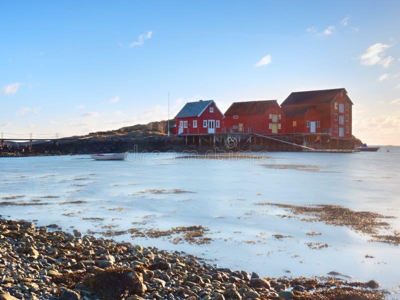 Casas vermelhas da aldeia piscatória Construção branca vermelha tradicional no porto pequeno, litoral do Mar do Norte frio imagens de stock